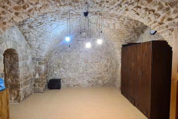 להשכרה בצפת במרכז העיר – דירת 3 חדרים מרווחת מאוד עם חצר יפה !!
